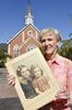 Titre original :  Jacqueline Bullock holds a photo of her and her older sister Margaret Hayworth. The church in the background is Knox Presbyterian Church in Burlington where there is a plaque in memory of her sister. Photo courtesy of the Hamilton Spectator, 2016.