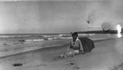 Titre original :  Lucy Maud Montgomery on Cavendish shore, ca.1923. Cavendish, P.E.I. Courtesy of L. M. Montgomery Collection, Archival & Special Collections, University of Guelph.