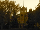 Titre original :    Description English: Brandon College building at dusk. Built in 1900-01 in the Romanesque Revival style, the building faces 18th St. in Brandon, Manitoba and is now part of the Brandon University campus. This photo is of a cultural heritage site in Canada, number 3881 in the Canadian Register of Historic Places. Date 25 September 2012, 19:38:48 Source Own work Author Abbeywood  Camera location 49° 50′ 49.20″ N, 99° 57′ 43.20″ W This and other images at their locations on: Google Maps - Google Earth - OpenStreetMap (Info)49.847;-99.962