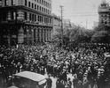 Titre original :    Description English: Crowd gathered outside old City Hall, at Main Street and William Avenue, during the Winnipeg General Strike. Visible on the left are the Union Bank of Canada building and Leland Hotel. Français : Foule rassemblée aux alentours de l'ancien hôtel de ville de Winnipeg, sur Main Street et William Avenue, lors de la grève générale de Winnipeg de 1919. Date 21 June 1919(1919-06-21) Source This image is available from Library and Archives Canada under the reproduction reference number PA-163001 and under the MIKAN ID number 3192170 This tag does not indicate the copyright status of the attached work. A normal copyright tag is still required. See Commons:Licensing for more information. Library and Archives Canada does not allow free use of its copyrighted works. See Category:Images from Library and Archives Canada. Author The Montreal Star Publishing Company [1] / P