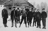 Titre original :  Dr. Norman Bethune. Victoria Harbour Lumber Co., Martin's camp. Dr. Bethune is standing straddle legs with hands on hips: Alfred Fitzpatrick, founder of Frontier College, standing 3rd from right. 1911 / Pinage (?) Lake, Ont.  Credit: Library and Archives Canada / C-056826 A