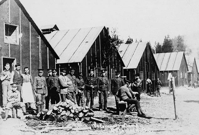Titre original :  MIKAN 3624436 MIKAN 3624436: Internment Camp No. 2. ca 1916 [72 KB, 635 X 432]