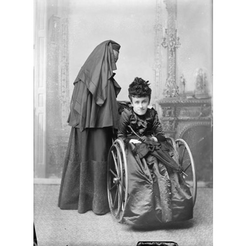 Titre original :  MIKAN 3467536 MIKAN 3467536: Baroness MacDonald of Earnscliffe and daughter Mary. May 1893 [56 KB, 423 X 580]