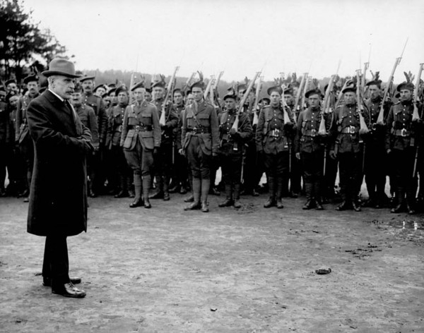 Titre original :  Sir Robert Borden addressing the Troops, [Bramashott, England, April, 1917].