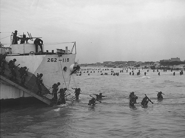 "Titre original :    Description Français : Débarquement, Juno Beach. Crédit: Canadian Forces Joint Imagery Centre Source: http://www.dominion.ca/dh_maps-images.htm : ""Canadian Soldiers Disembark at Juno Beach. Source: Library and Archives Canada"" Date 2 June 2004 (original upload date) Source Transferred from fr.wikipedia; transferred to Commons by User:Bloody-libu using CommonsHelper. Author Original uploader was Greudin at fr.wikipedia Permission (Reusing this file) This image is in the public domain due to its age."