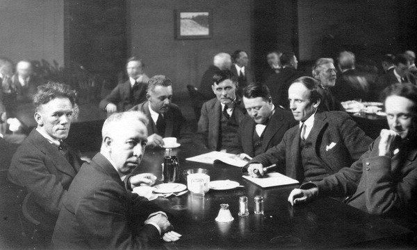 Titre original :    DescriptionGroup-of-seven-artists.jpg English: Six of the Group of Seven, plus their friend Barker Fairley, in 1920. From left to right: Frederick Varley, A. Y. Jackson, Lawren Harris, Fairley, Frank Johnston, Arthur Lismer, and J. E. H. MacDonald. It was taken at The Arts and Letters Club of Toronto. Date 1920 Source Unknown Author Arthur Goss