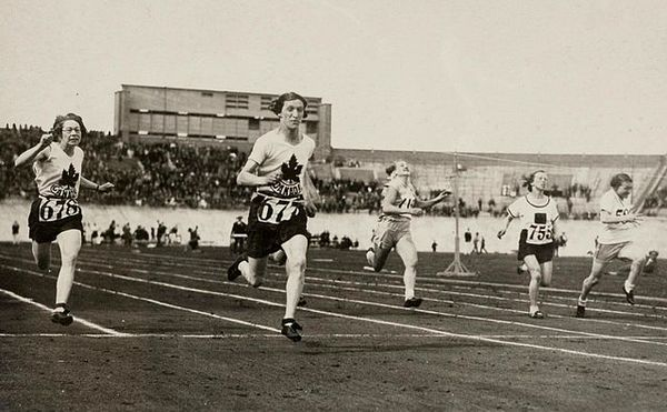 Titre original :  File:Ethel Smith Fanny Rosenfeld 1928 Olympics.jpg - Wikimedia Commons