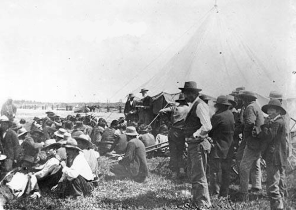 Titre original :  File:David Laird explaining Treaty 8 Fort Vermilion 1899 - NA-949-34.jpg - Wikimedia Commons